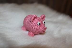 Вязаная свинка-погремушка