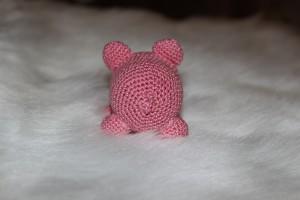 Вязаная свинка-погремушка2