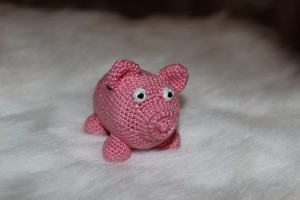 Вязаная свинка-погремушка3