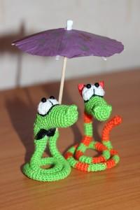 Забавные вязаные крючком змейки