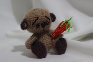 Вязаный мишка-вегетарианец