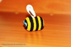 Вязаная пчелка. Пришиваем крылья
