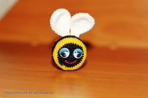 Вязаная пчелка. Клеим глазки и вышиваем ротик